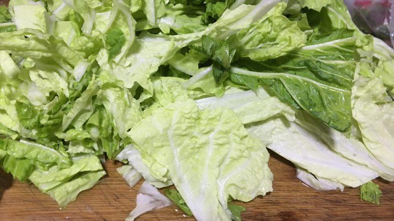 酸辣白菜,菜梗比较难熟,所以要先下锅炒
