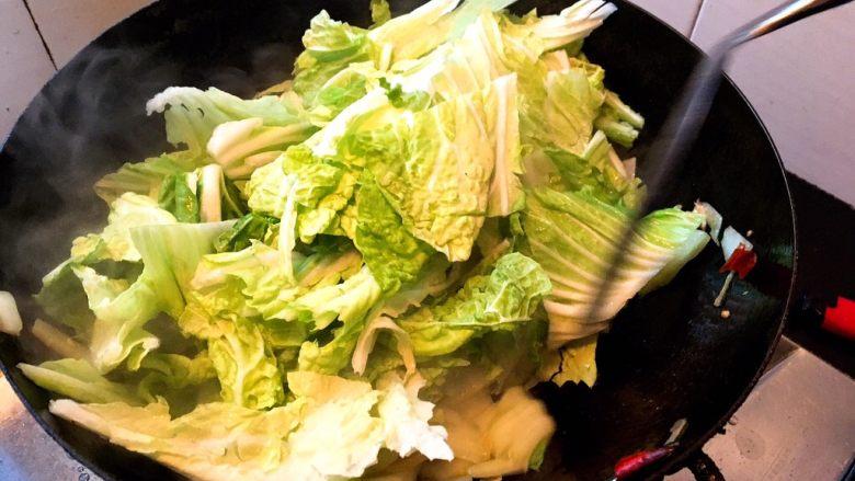 酸辣白菜,炒一到两分钟后菜梗变软倒入菜叶