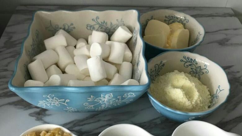 抹茶芒果丁牛扎饼,全部材料称量好,我的抹茶粉,在室温放着有些氧化了,颜色有些深,不太好看,建议大家选用好的抹茶粉,颜色是鲜绿的。