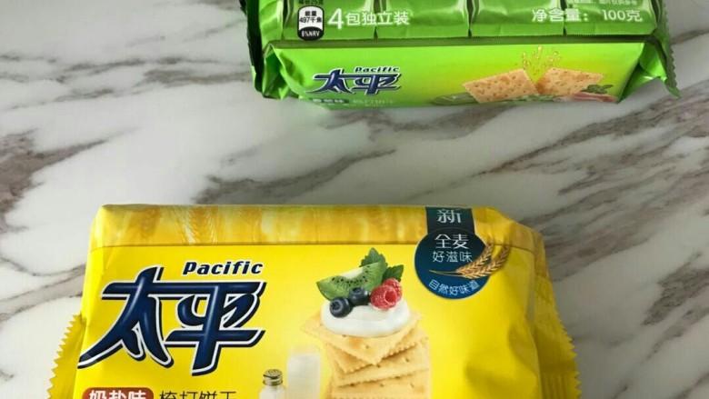 抹茶芒果丁牛扎饼,我是临时在小超市买的太平饼干,口感偏硬点