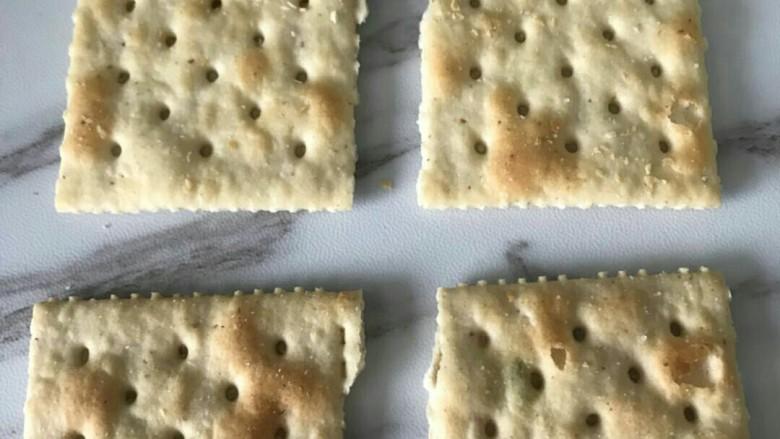 抹茶芒果丁牛扎饼,从中间小心掰开,也可以用锯齿刀锯开,切口比较整齐,我比较懒就没爱拿刀。