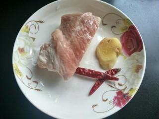 香辣干锅土豆片,准备好五花肉,生姜,干辣椒。