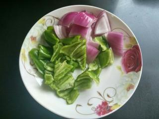 香辣干锅土豆片,洋葱,青椒切片。