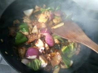 香辣干锅土豆片,放洋葱,青椒,翻炒。