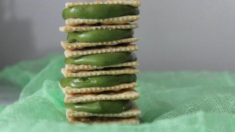 抹茶芒果丁牛扎饼,夹完糖的成品图