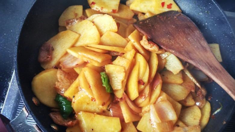 香辣干锅土豆片,放<a style='color:red;display:inline-block;' href='/shicai/ 756'>鸡精</a>,每一片土豆都沾上佐料,香气四溢,干锅土豆片做好了。
