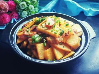 香辣干锅土豆片,麻辣鲜香,找一个在酒精炉上可以加热的锅,边吃边加热,洋葱的香,五花肉的香,孜然的香,太好吃啦!
