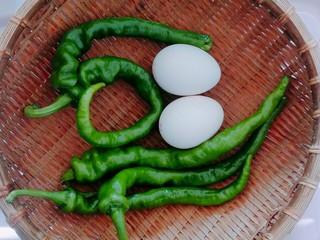 鸡蛋炒辣椒,准备两个鸡蛋,还有适量辣椒