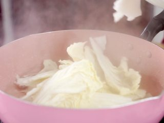 开胃菜*薄荷水煮牛肉,将大白菜撕碎后放入焯水断生