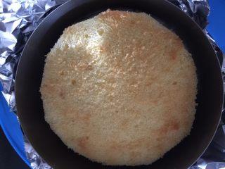 海洋酸奶慕斯蛋糕(六寸),将慕斯圈底部包上锡纸,放入蛋糕