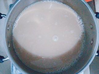 烧仙草红豆奶茶,把纯牛奶倒入过滤好的红茶水里一起熬煮开!