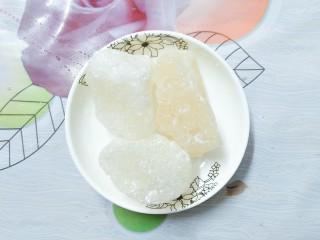 烧仙草红豆奶茶,最后加入三块大坨冰糖!搅拌至融化,即可关火!