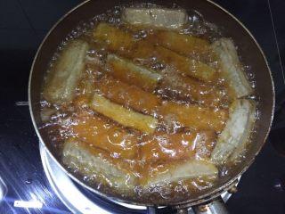 咖喱烤毛豆腐,毛豆腐下油锅收一收,炸到结出一层脆脆的豆腐皮,防止破碎
