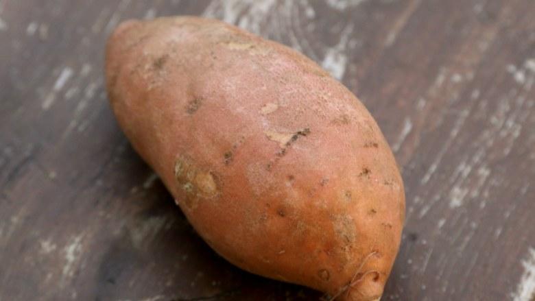 微波炉美食+微波炉版红薯馅料,备好红薯,红薯也叫地瓜、山芋。