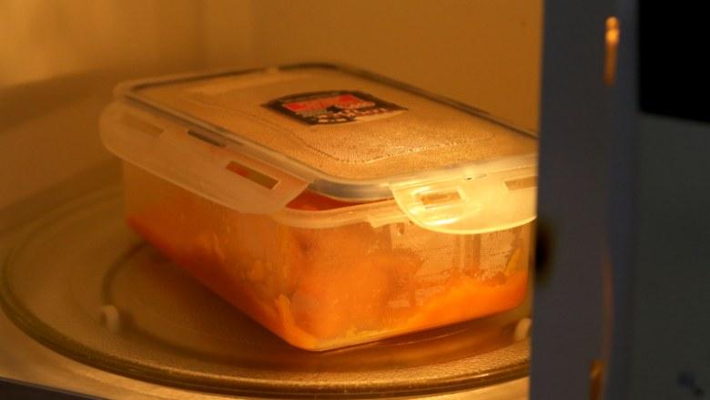 微波炉美食+微波炉版红薯馅料,放入微波炉中,这会要虚盖上盖,留条缝。