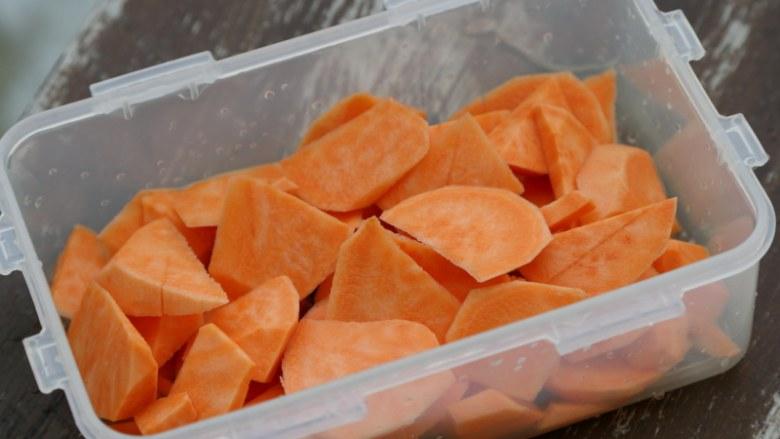 微波炉美食+微波炉版红薯馅料,放在微波炉专用的盒中。 在红薯上稍微撒些水。