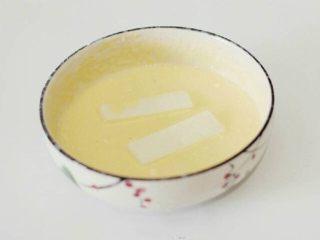 脆皮炸牛奶--就是这么得瑟,鸡蛋打散,加入70g面粉,1g泡打粉、10g细砂糖、适量的水搅拌成糊状