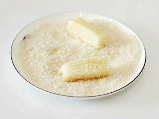 脆皮炸牛奶--就是这么得瑟,鲜奶条裹上面糊后,再均匀的裹上面包糠(没有面包糖的可用麦片碎替代)