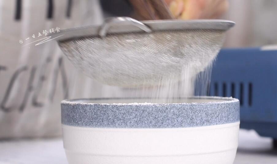 宝宝手指泡芙,面粉和奶粉过筛,备用。低筋面粉或普通面粉都可以。</p> <p>