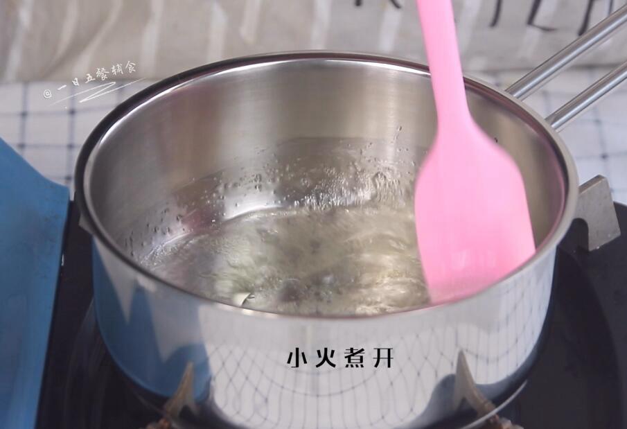 宝宝手指泡芙,60克水和10克玉米油倒入锅中,小火煮开。</p> <p>>>玉米油可以用任意油替代。黄油也可以,但这样的动物油不鼓励,少吃没关系。其他带着浓味的植物油慎重选择。