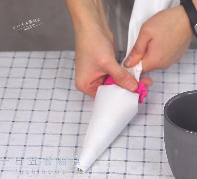 宝宝手指泡芙,挤面糊的时候,夹子夹起来很重要,一防止从后面漏出去,二是可以省力。</p> <p>