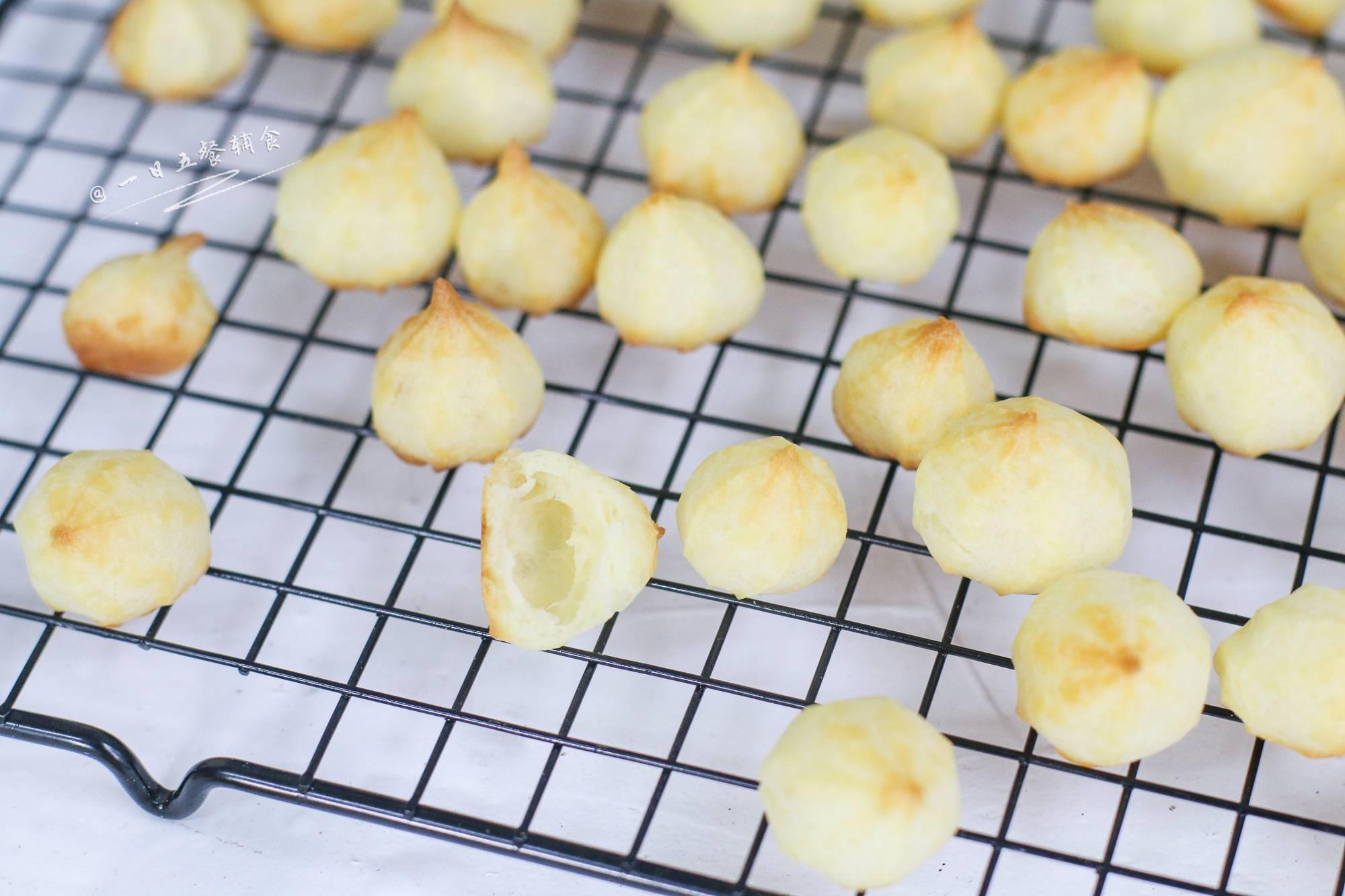 宝宝手指泡芙,最终泡芙是空心的,嚼着酥酥脆脆。给小柚子吃这个泡芙,如果不加以管控,他能不吃饭一直吃它。</p> <p>