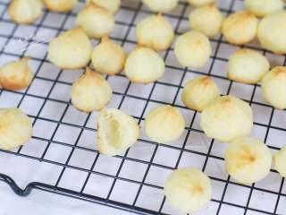 宝宝手指泡芙,最终泡芙是空心的,嚼着酥酥脆脆。给小柚子吃这个泡芙,如果不加以管控,他能不吃饭一直吃它。