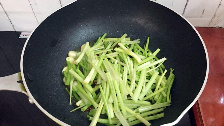 芹菜炒香干,放入芹菜翻炒至七八成熟