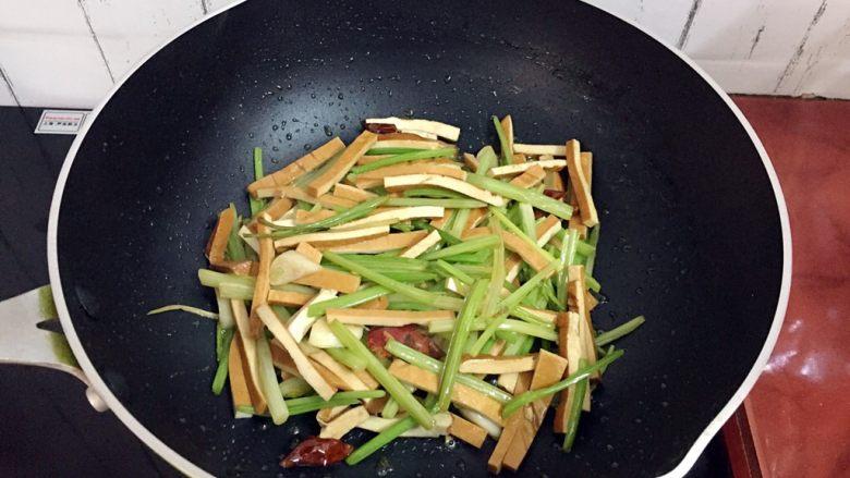 芹菜炒香干,翻炒均匀即可出锅