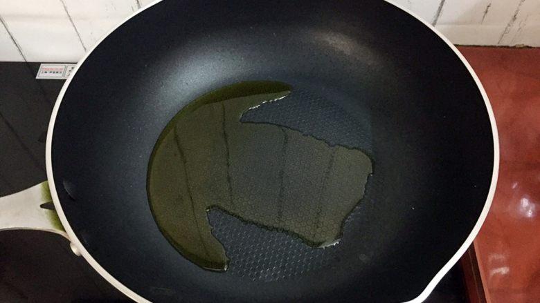芹菜炒香干,锅中倒入适量的食用油烧热