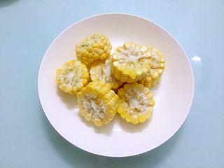 冬瓜玉米排骨汤,玉米切成小块洗净备用