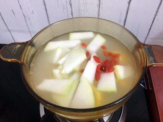 冬瓜玉米排骨汤,加入冬瓜和枸杞