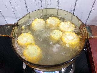 冬瓜玉米排骨汤,大火烧开