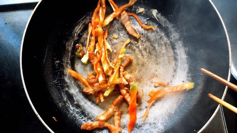 十分钟搞定的快手炒面 ,然后再放青菜,青菜不要炒太久,会蔫掉,不好看了