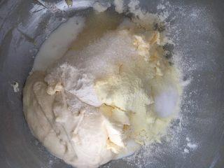 奶酪系列之:波兰种奶酪吐司,波兰种和主面团除黄油外的所有材料放入一起揉面