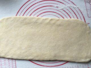 酥面包,擀成长方形薄厚均匀大片后再次折叠一次