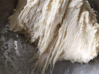 酥面包,先做中种,提前一天把中种材料混合均匀即可,入冰箱冷藏17-24小时低温发酵,发好后可以看到蜂窝和拉丝,如图