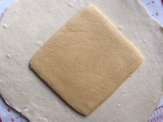 酥面包,松弛好的面团擀开,中间放入黄油面片