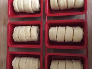 酥面包,入模具放温暖湿润处二发,温度不要超过25度