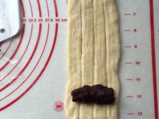 酥面包,四条一组擀开擀长,一端放入豆沙馅