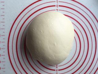 酥面包,揉好的面团不用再发,盖保鲜膜静置松弛20分