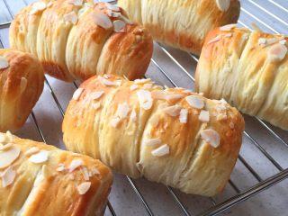 酥面包,二发好后表面刷蛋液撒杏仁片,入预热好的烤箱180度18-20分钟,上色满意即可