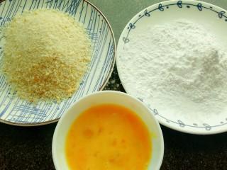 炸猪排,准备好淀粉,鸡蛋和面包糠。