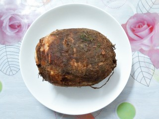 香芋蒸排骨,先买一个芋头回来,我买的是广东本地的芋头!