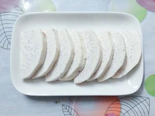 香芋蒸排骨,然后把芋头清洗干净,切成这种大小相等的片!可以切的稍微厚实一点!