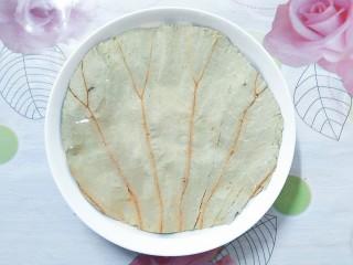 香芋蒸排骨,把剪下来的圆形荷叶,放到一个装有冷水的盘子里浸泡一会!