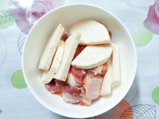 香芋蒸排骨,等排骨腌制好了,再把香芋片也放到排骨碗里一起搅拌一下!让其沾点味!