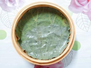 香芋蒸排骨,把浸泡好的荷叶洗干净,放入竹蒸笼里!