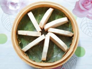 香芋蒸排骨,把香芋片一片片的在竹蒸笼里摆放整齐!