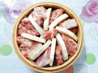 香芋蒸排骨,再把腌制入味的排骨放在芋头片中间!